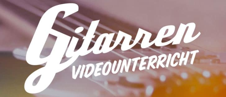 Das Logo von Gitarren Videounterricht. Im Hintergrund ist eine Gitarre.